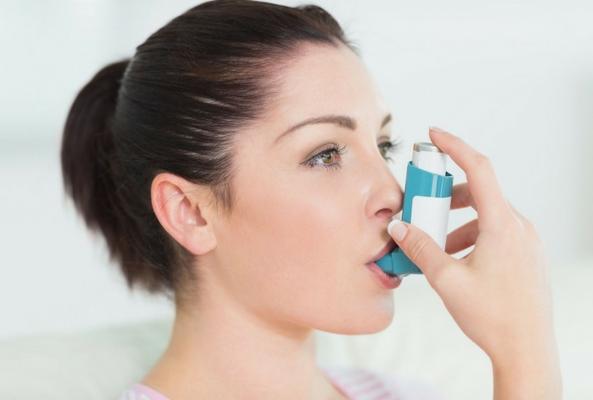 rug allergies a woman using an asthma pump